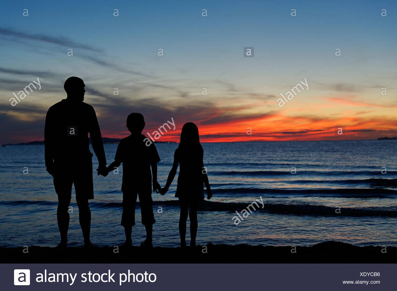 Famiglia, stagliano al tramonto, spiaggia, nei pressi di Punta Ala, Mare mediterraneo, Toscana, Italia, Europa Immagini Stock