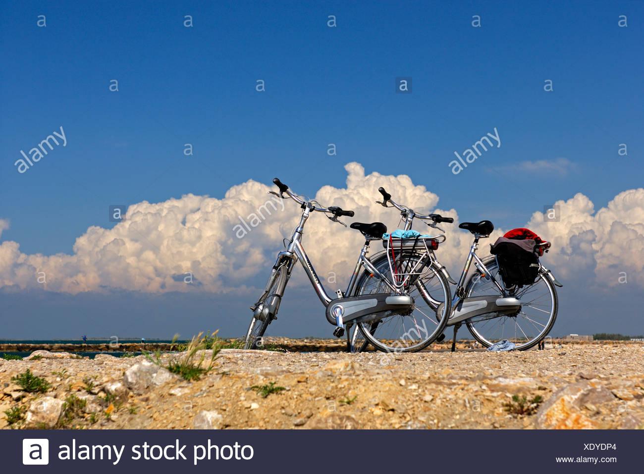 Due biciclette in piedi vicino a Saintes Maries de la Mer, Francia, Europa Foto Stock