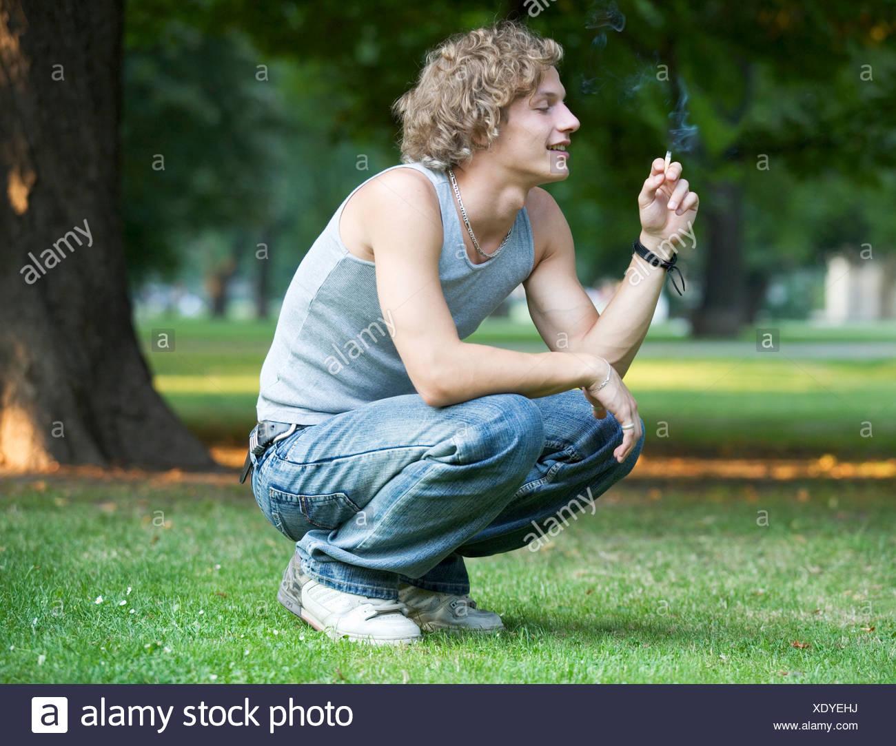 Un ragazzo adolescente di fumare Immagini Stock