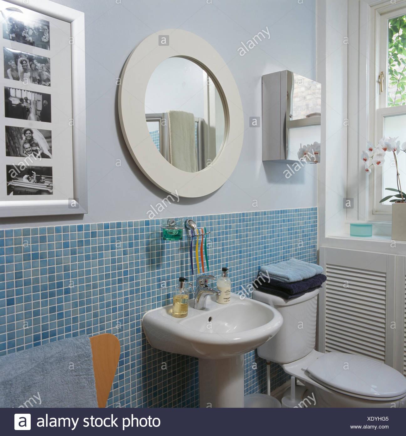 Bagno Con Mosaico Bianco circolare bianco specchio sopra il bacino di bagno moderno