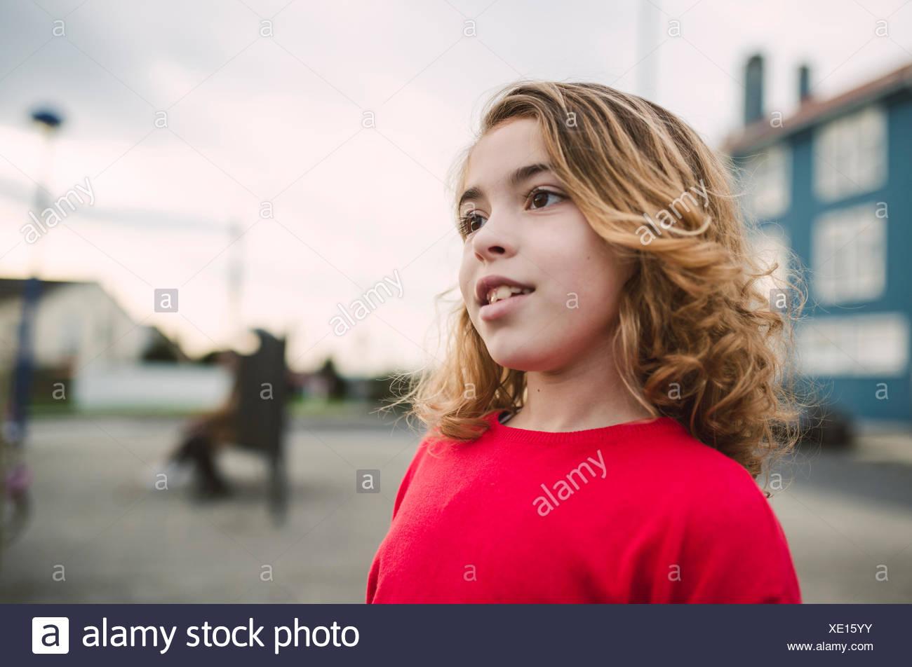reputable site b6e6a 7b8c5 Ritratto di bimba bionda che indossa maglione rosso Foto ...