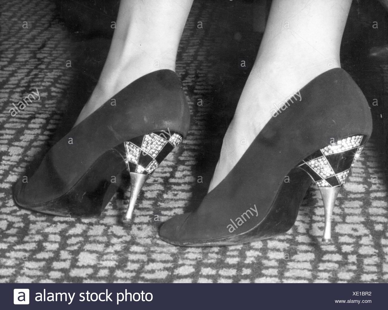 La moda degli anni cinquanta, scarpe con i tacchi alti calzatura adornata con brillanti e strass, indossato da attrice Eva Bartok, Londra, 10.9.1959, Additional-Rights-Clearences-NA Immagini Stock