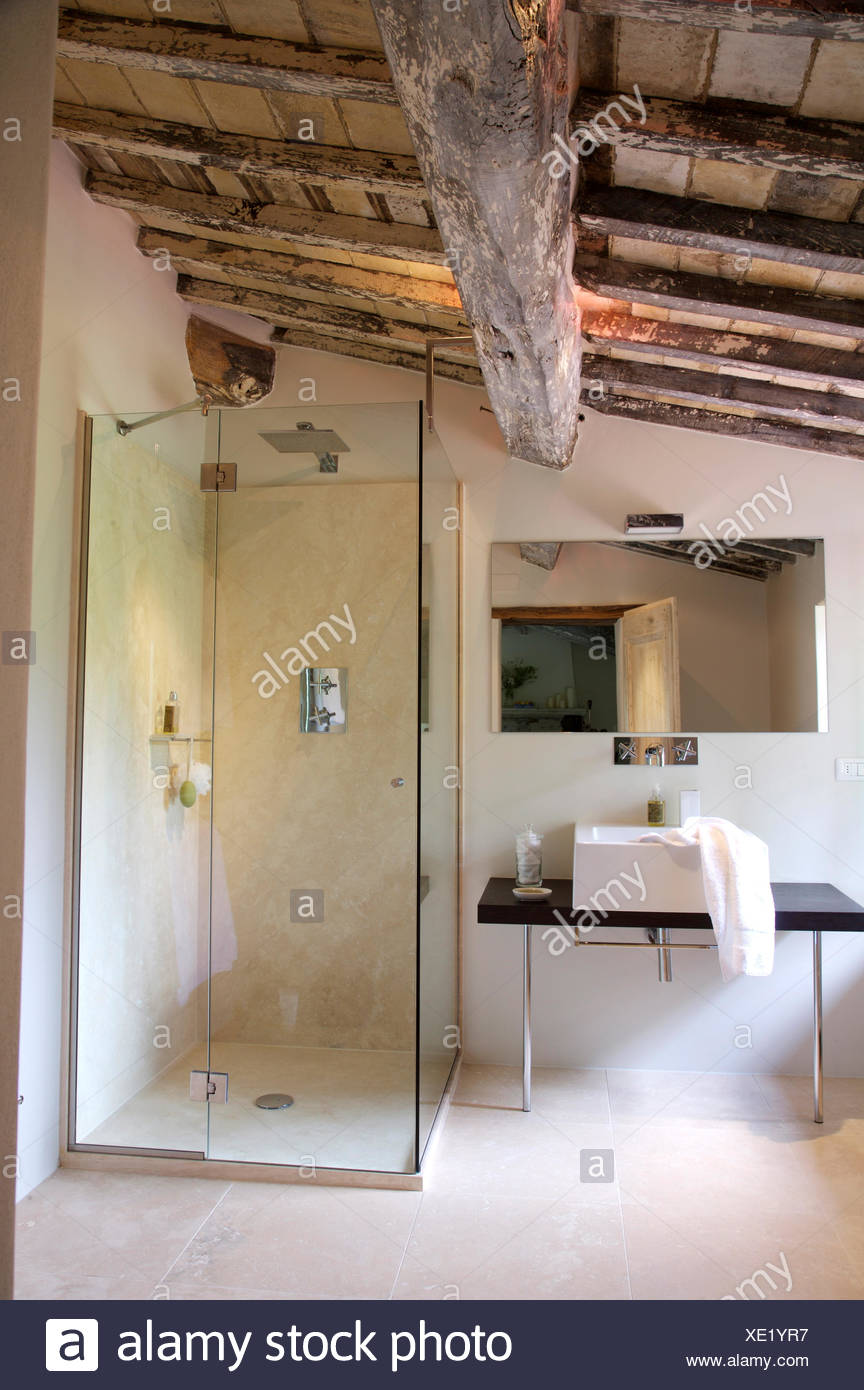 Vetro moderni box doccia e lavandino in italiano paese bagno rustico con soffitto a travi di - Bagno rustico in legno ...