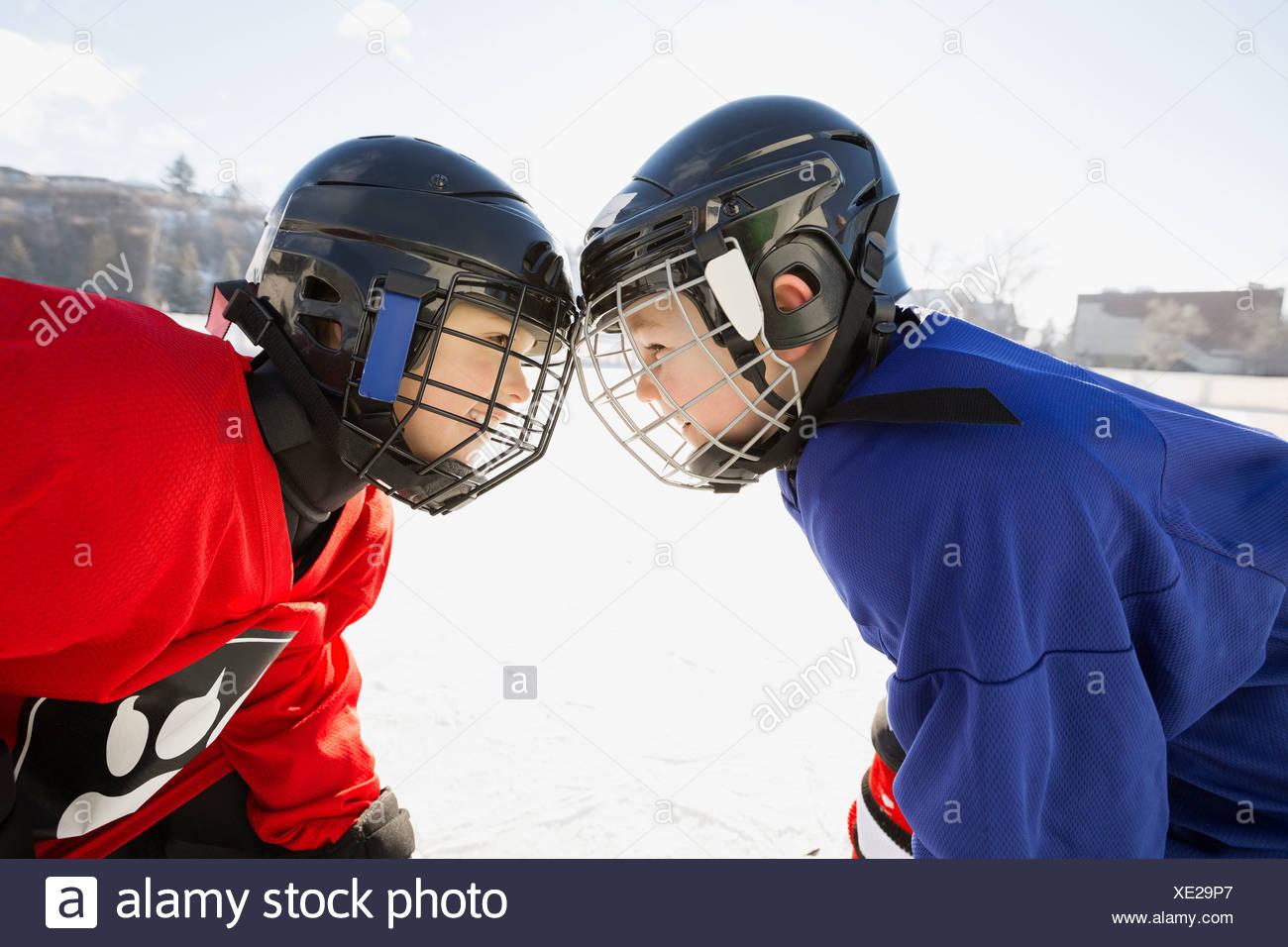 Giocatori di hockey su ghiaccio rivolta off sul ghiaccio Immagini Stock