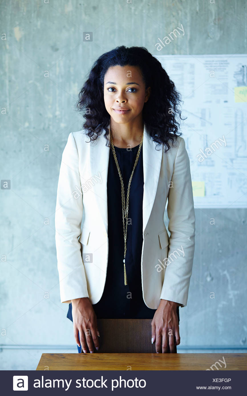 Ritratto di calma giovane imprenditrice in office Immagini Stock