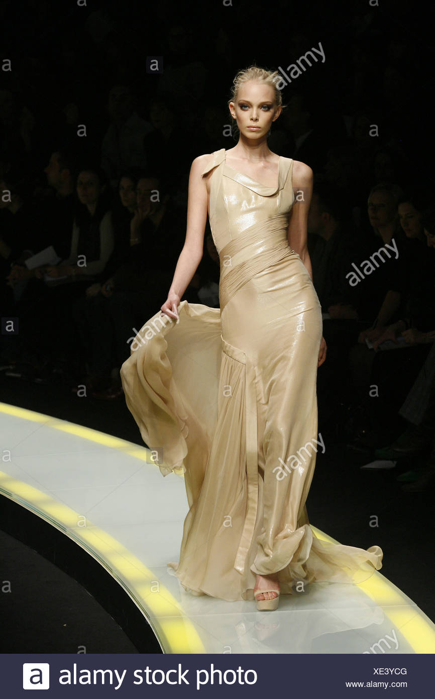 Versace Milano pronto a indossare in autunno e inverno modello indossando  un beige flolength abito da sera con un fluire di chiffon gonna sezione ... 1892dbd6d84