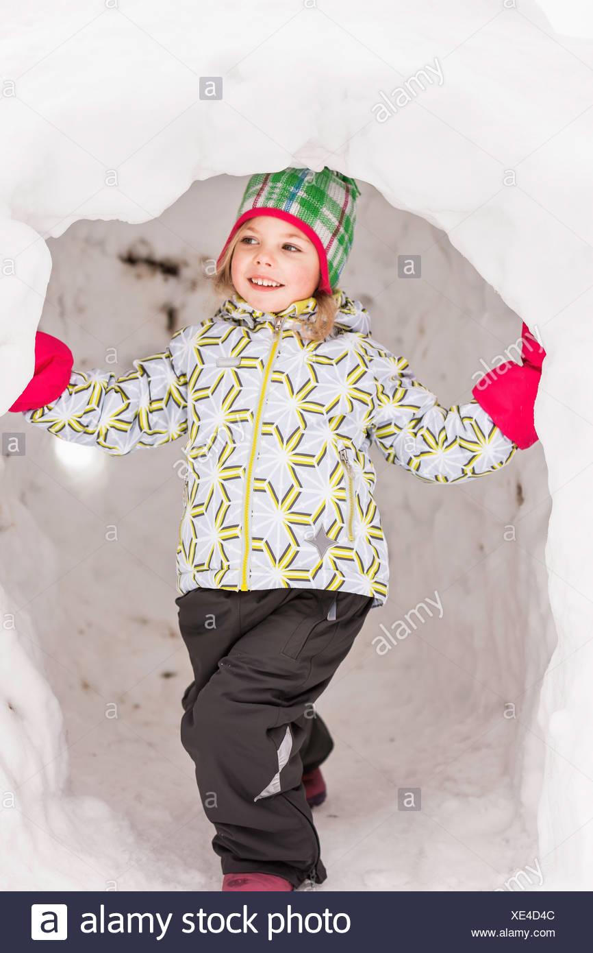 e780b68ba1ed Ragazza di indossare abbigliamento invernale in piedi in igloo Foto ...