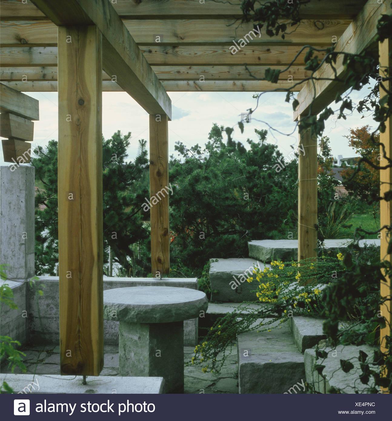 La Veranda Di Campagna tavole di pietra e posti a sedere sotto la veranda in legno
