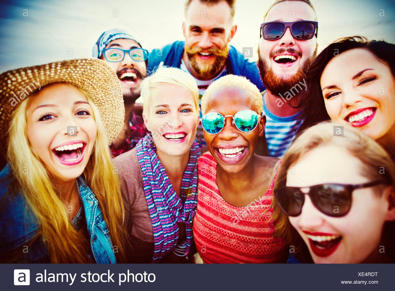 Celebrazione allegra festa godendo il tempo libero concetto di felicità Immagini Stock