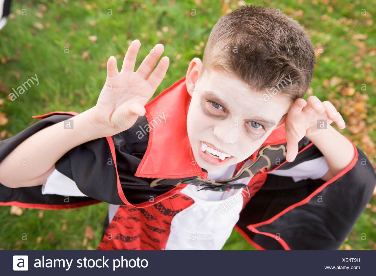 Ragazzo giovane all'aperto indossando il costume di vampiri di Halloween Immagini Stock