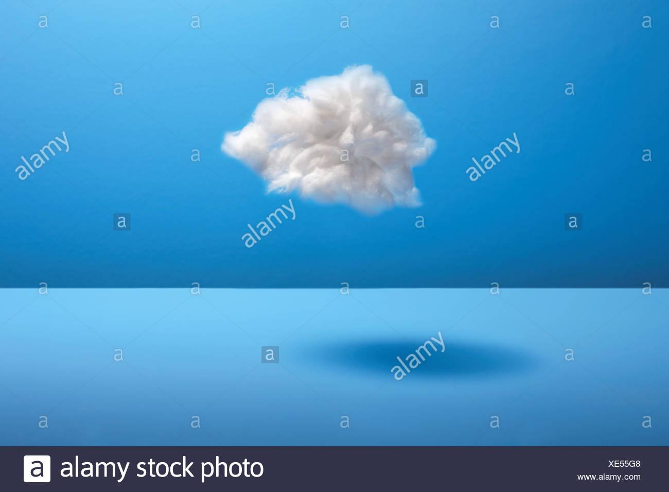 Sfera di cotone cloud contro uno sfondo blu Immagini Stock