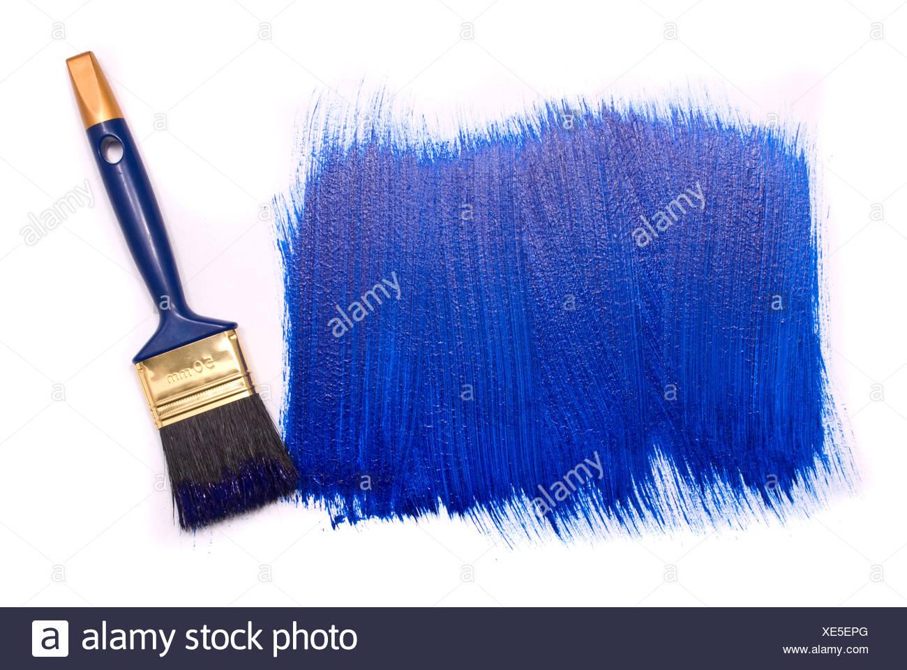 Spazzola professionale con vernice blu su sfondo bianco Immagini Stock