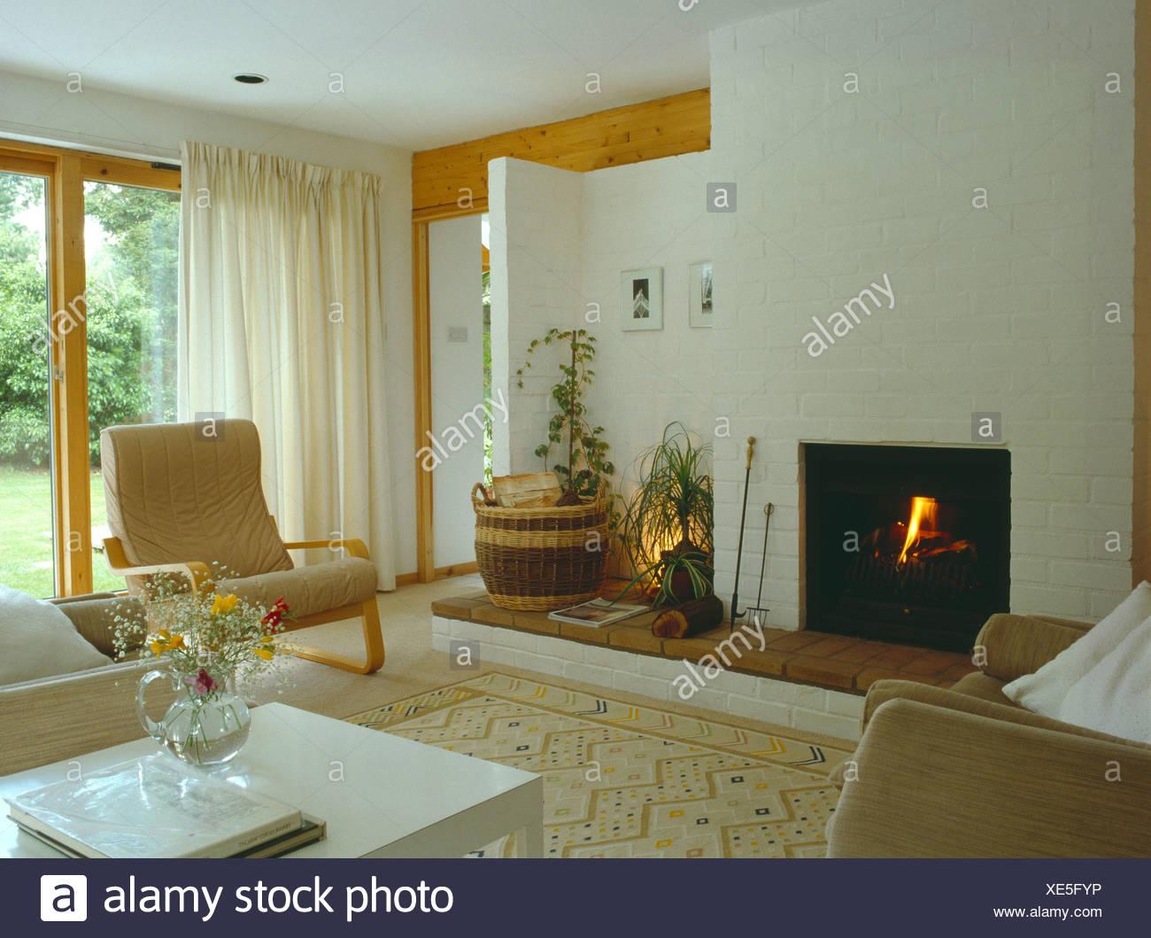 Tende Soggiorno Bianche : Acceso il fuoco e tende bianche nel soggiorno moderno con lo stile