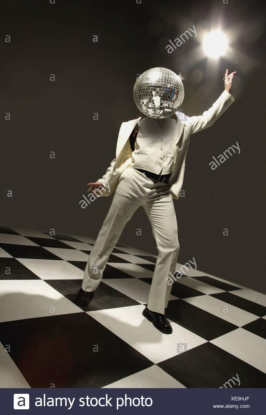 Ballerino in discoteca con palla da discoteca per la testa Immagini Stock