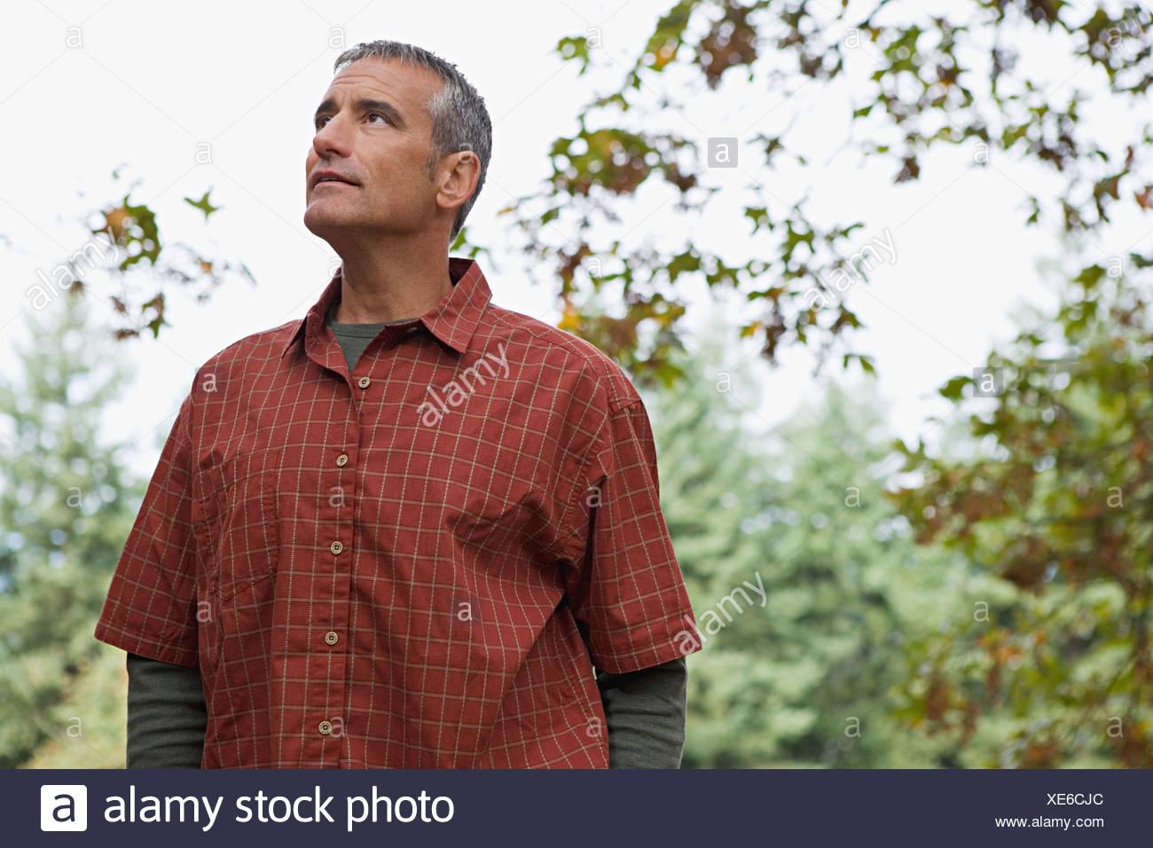 Uomo in una foresta Immagini Stock