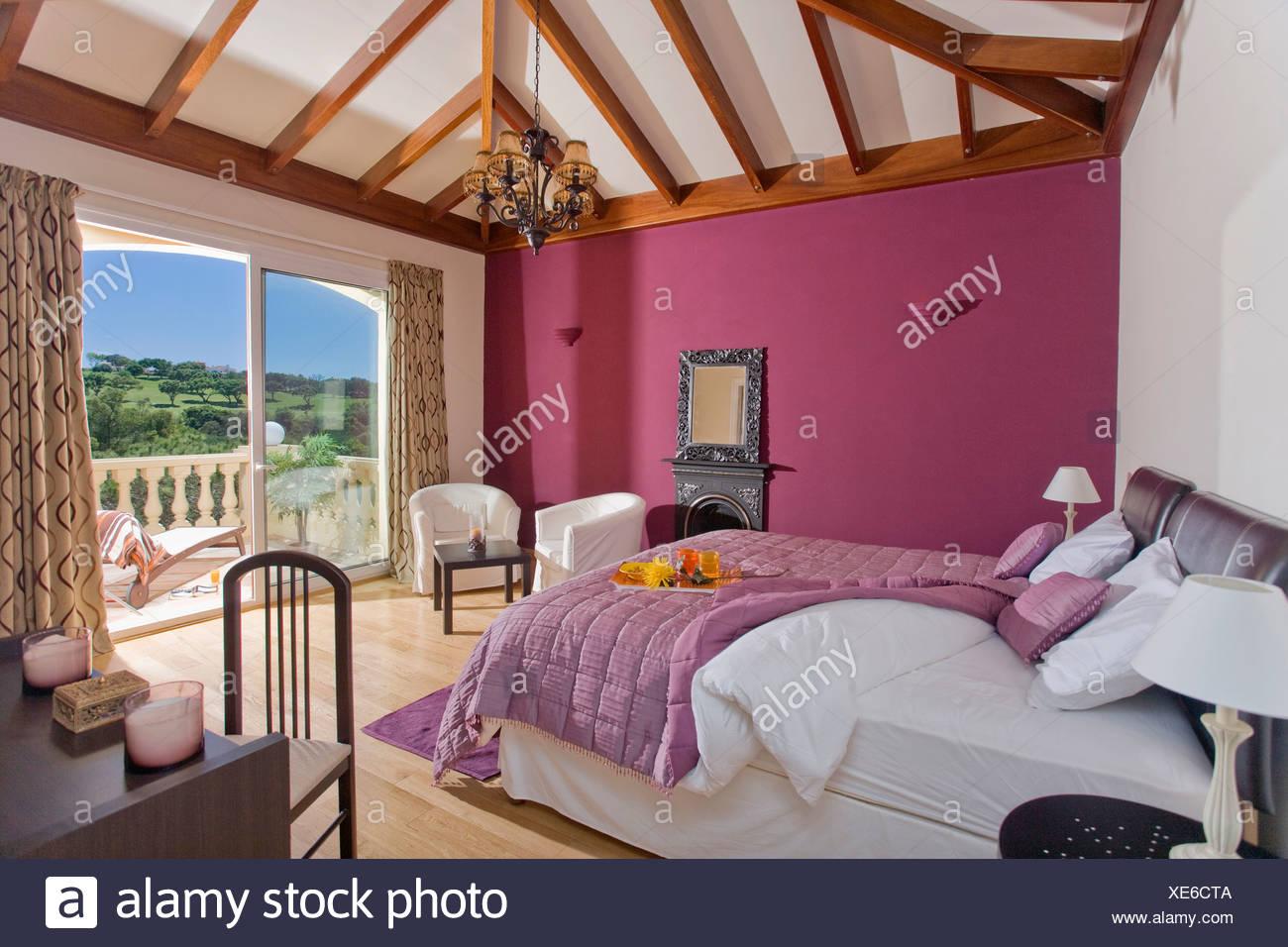 Camera Da Letto Rosa E Viola : Viola la trapunta e biancheria da letto bianca sul letto in camera