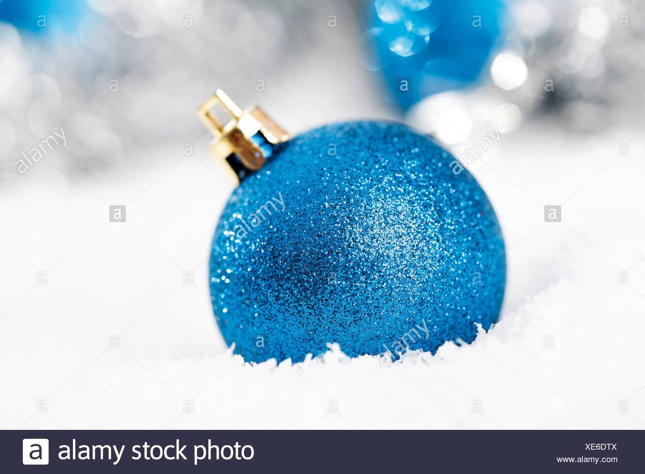 Albero Di Natale Con Decorazioni Blu : Blu glitter albero di natale sfere sulla neve con decorazioni di