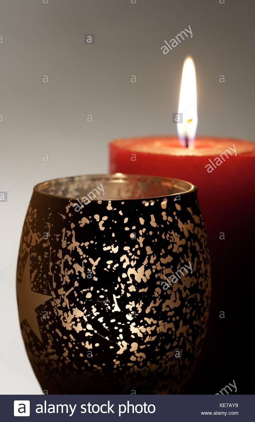 Qualche candela che brucia su sfondi astratti Immagini Stock