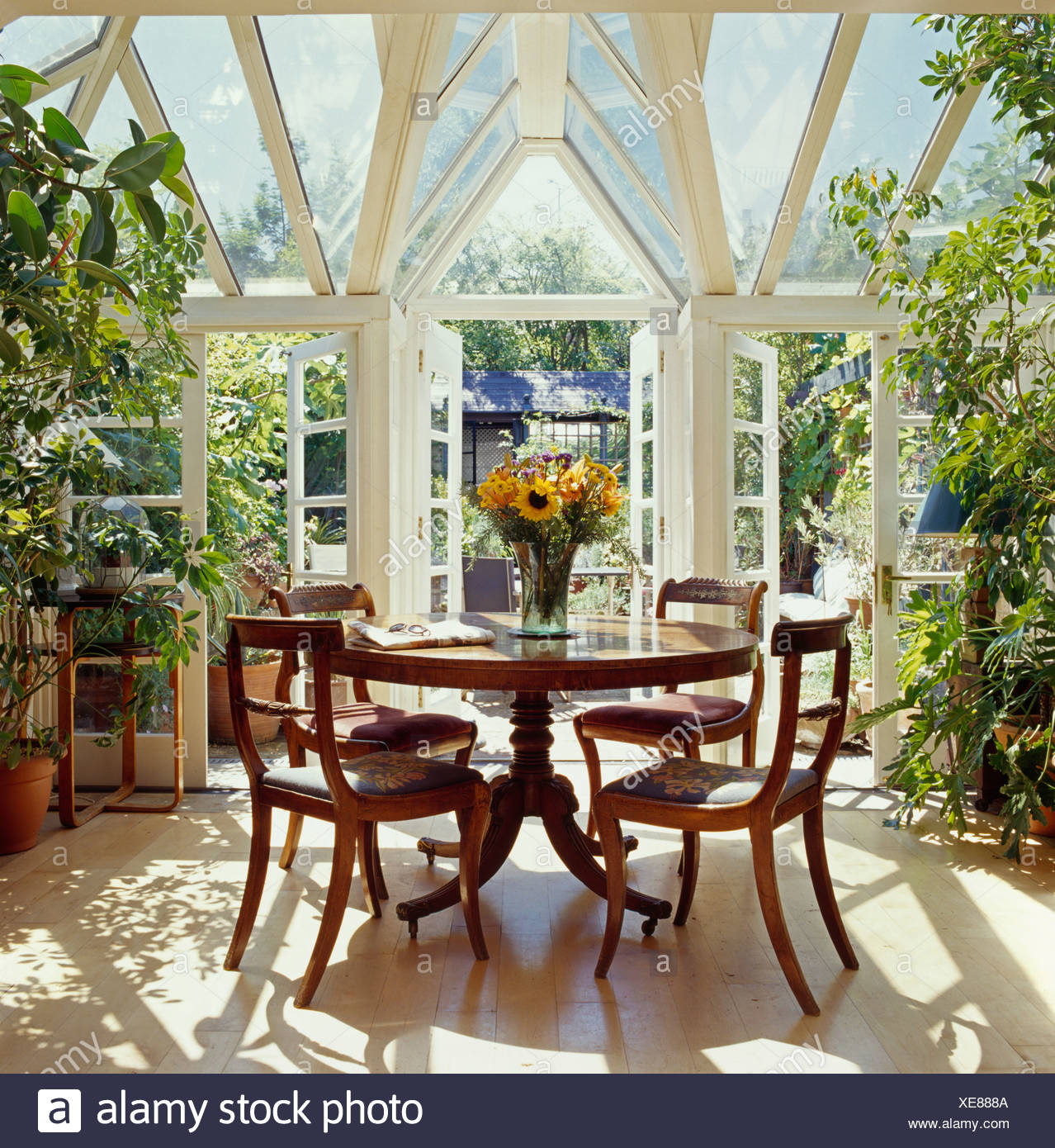 The Circular Dining Room: Interiors Traditional Conservatories Chairs Immagini