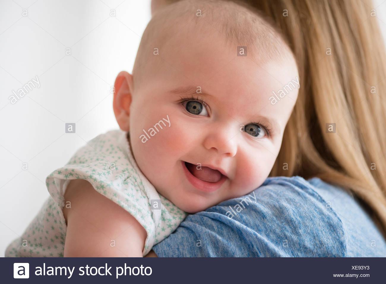 Ritratto di bambina (12-17 mesi) con la madre Immagini Stock