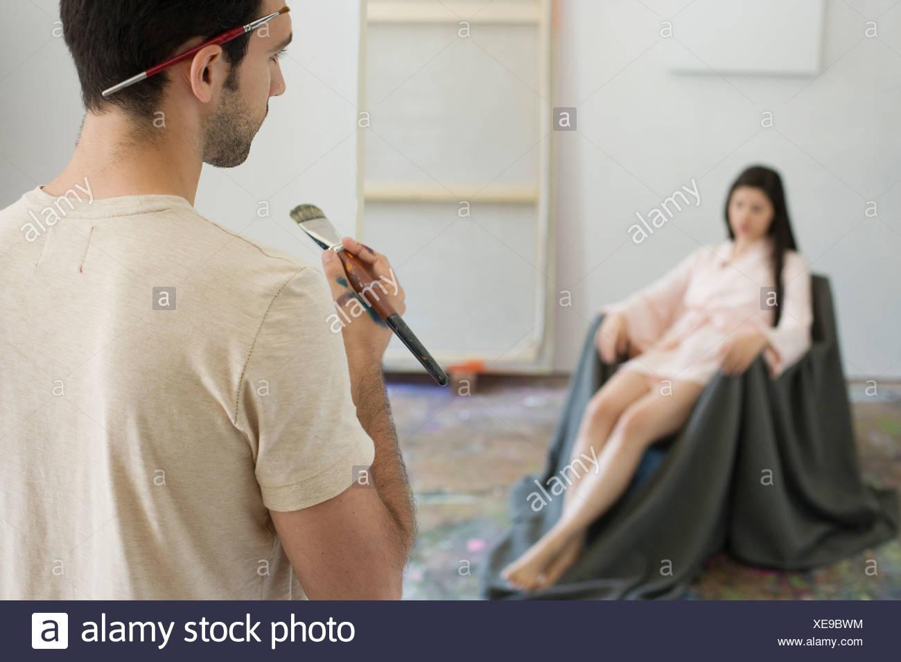 Artista artista osservando il modello in Studio Foto Stock