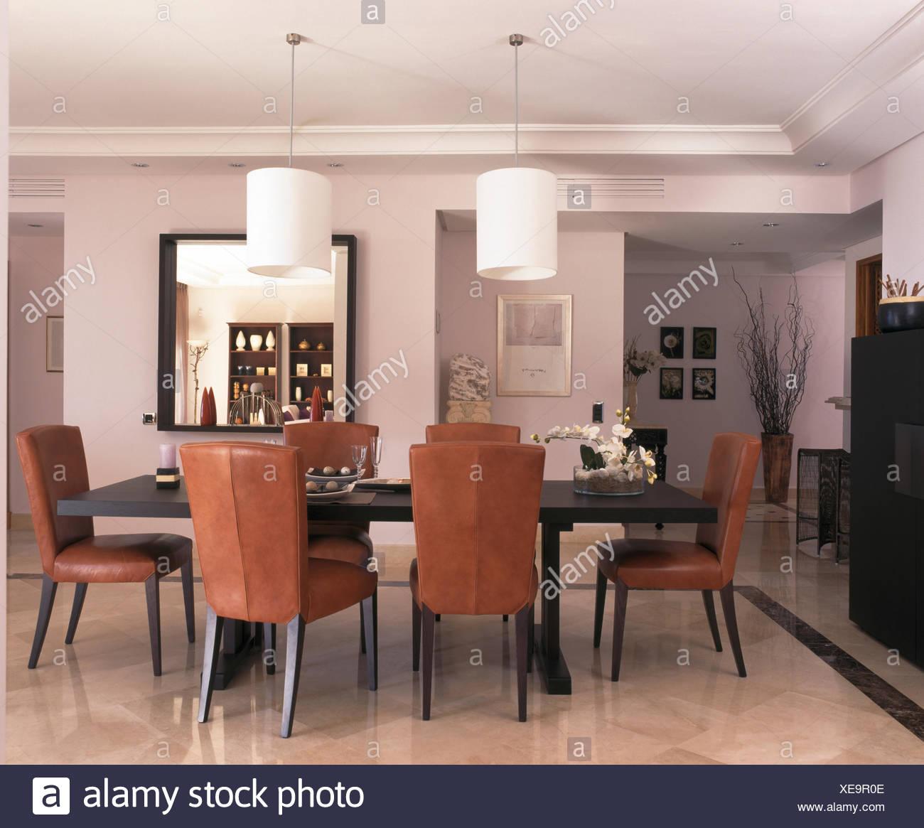 Sedia Sala Da Pranzo Pelle.Sedie In Pelle Marrone Al Tavolo Nella Sala Da Pranzo Della