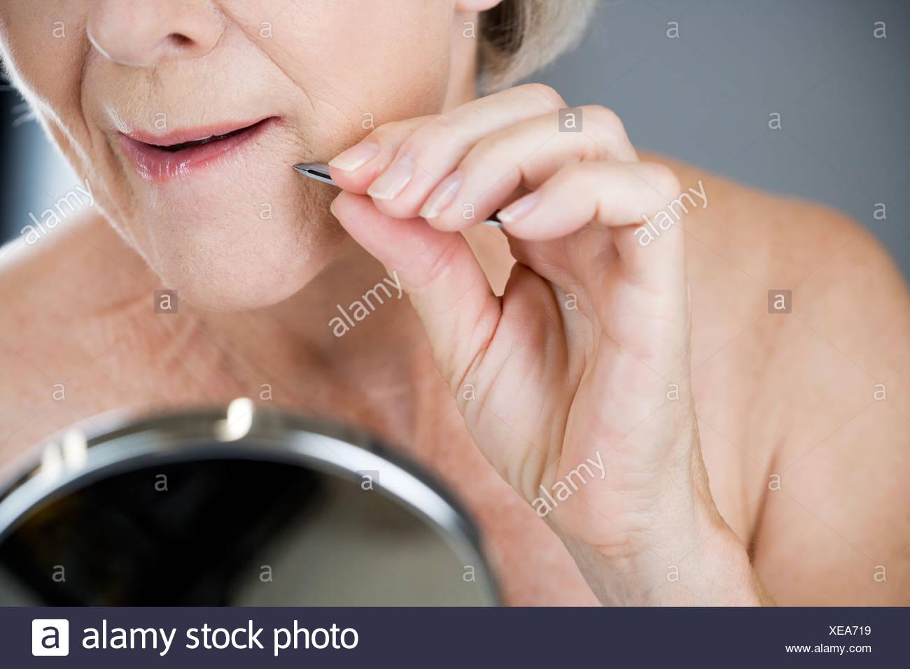 peli mento donne pinzetta
