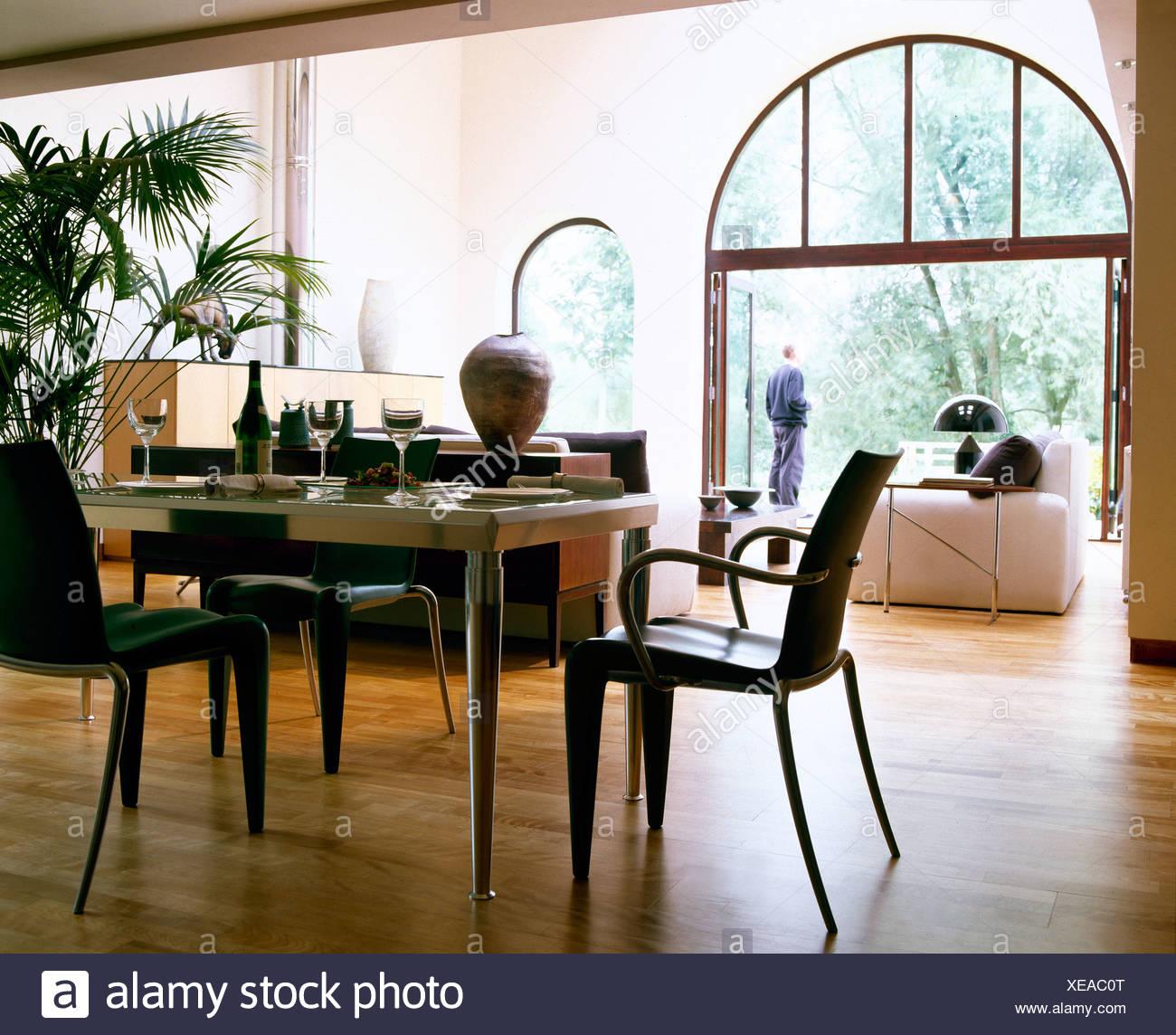 Sedie nere al ripiano in vetro tavolo in metallo nella ...