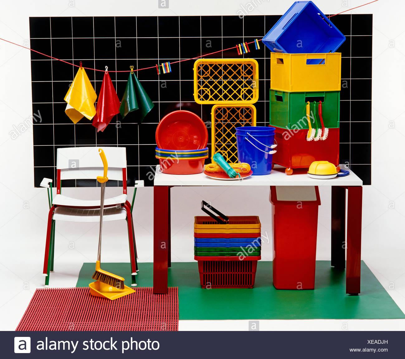 In plastica colorata s oggetti della cucina: rosso bin, colorati ...