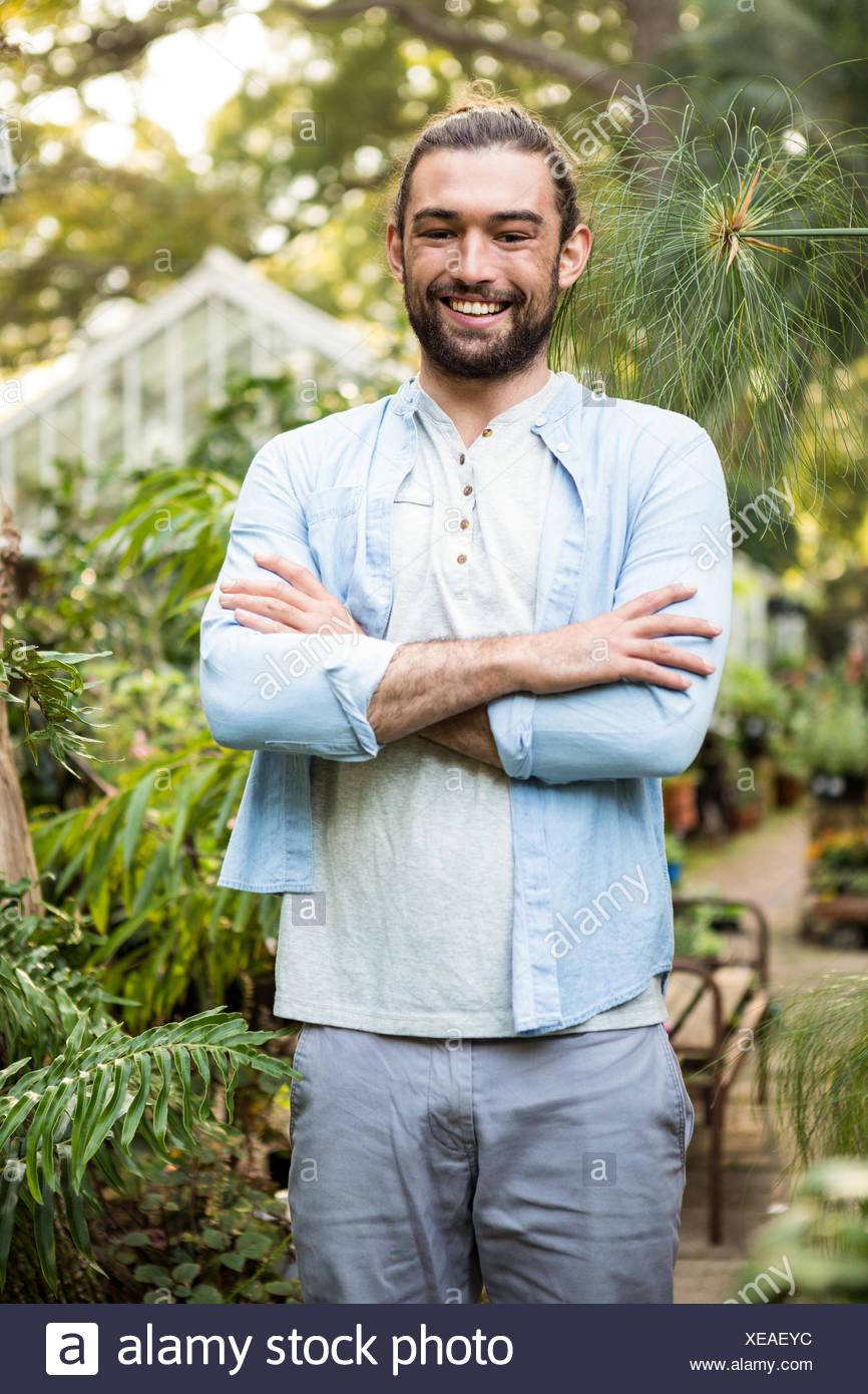 Ritratto di fiducioso proprietario alla comunità giardino Immagini Stock