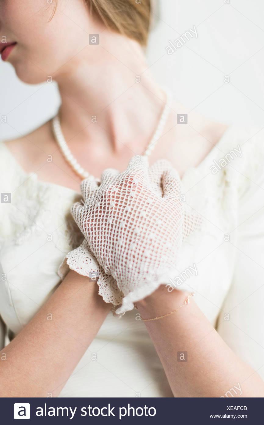 La sezione centrale della sposa che indossa guanti formale Immagini Stock