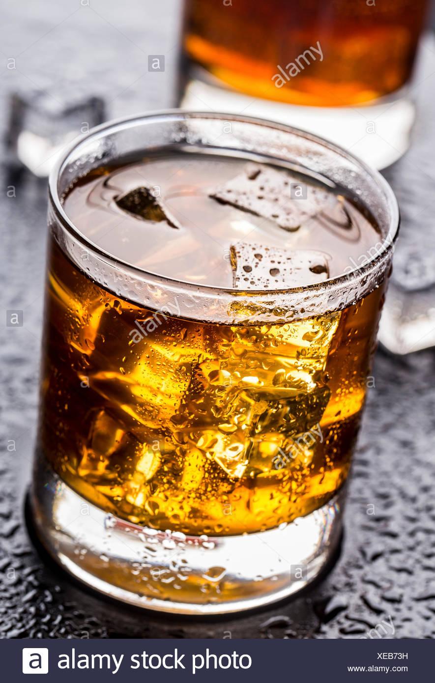 La bevanda alcolica con il ghiaccio in un bicchiere Immagini Stock