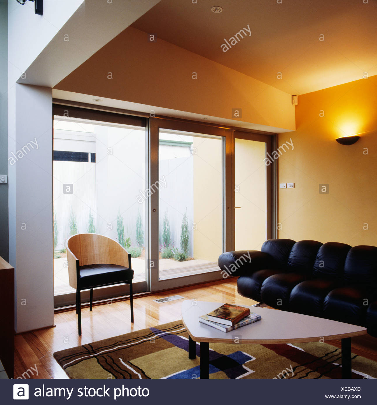 Moderno soggiorno con divano in pelle Foto & Immagine Stock ...