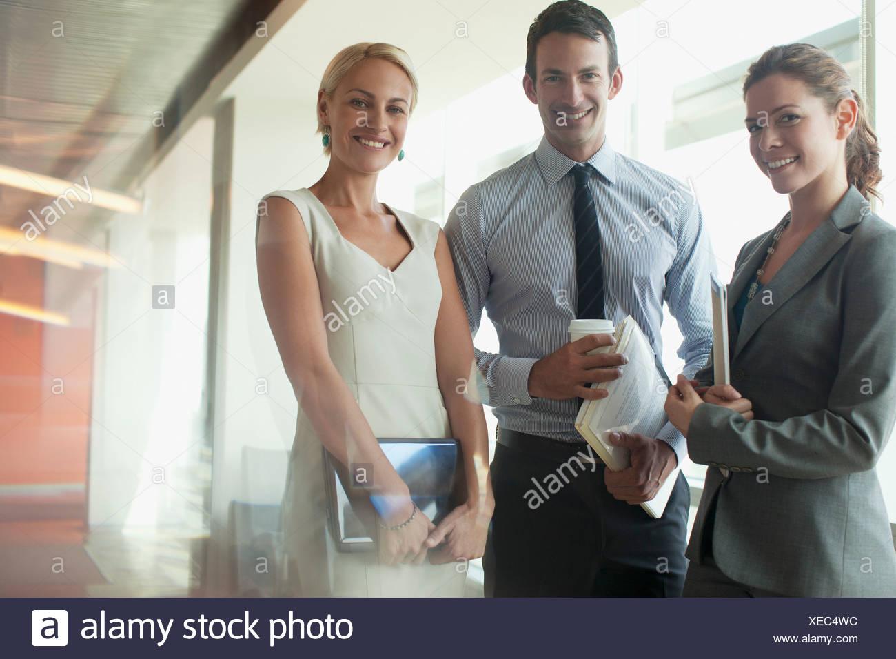 30-34 anni,ambizione,con le braccia incrociate,il brainstorming,business,business Immagini Stock