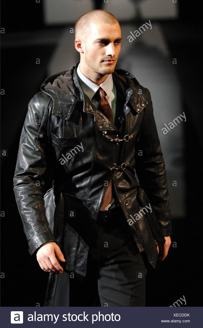 Giorgio Armani Milano Menswear pronto a indossare in autunno e inverno  maschio modello vicino tagliato i bd4b282c2e59