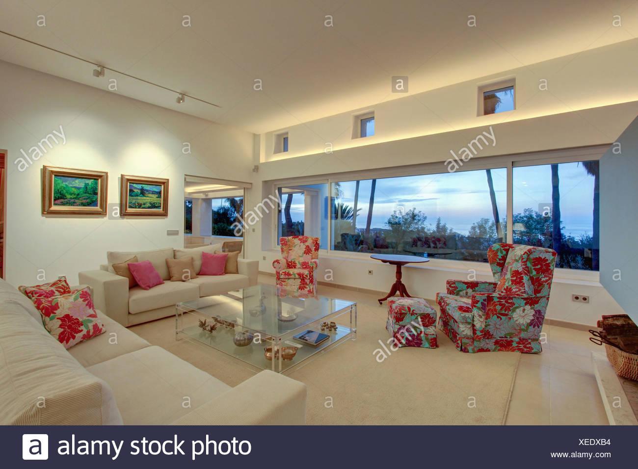 Poltrona con motivi floreali e cuscini in grandi spagnolo moderno salotto con divani bianchi e - Camera da letto in spagnolo ...
