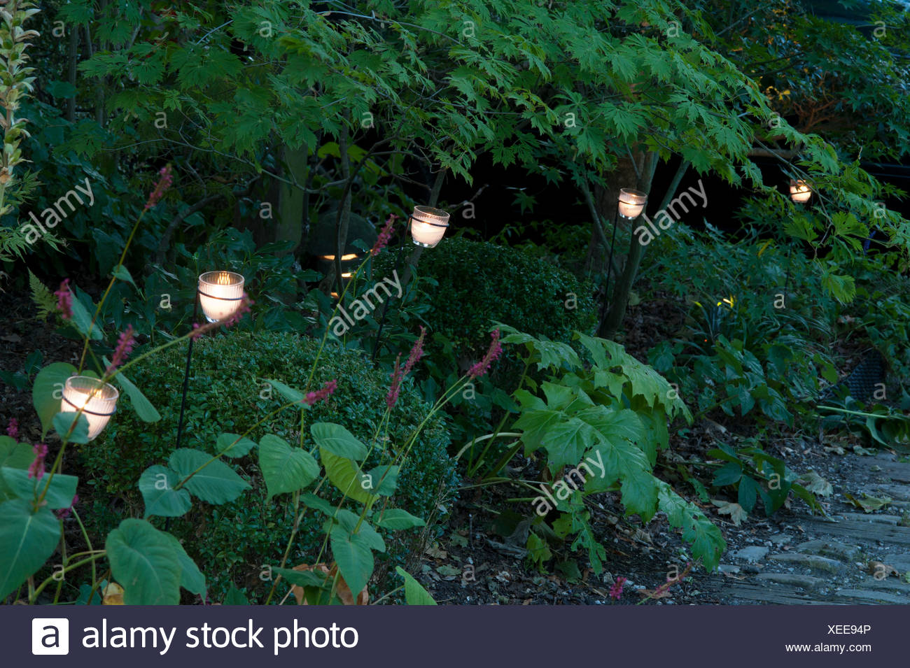 Giardino illuminazione con vasi di candela foto & immagine stock