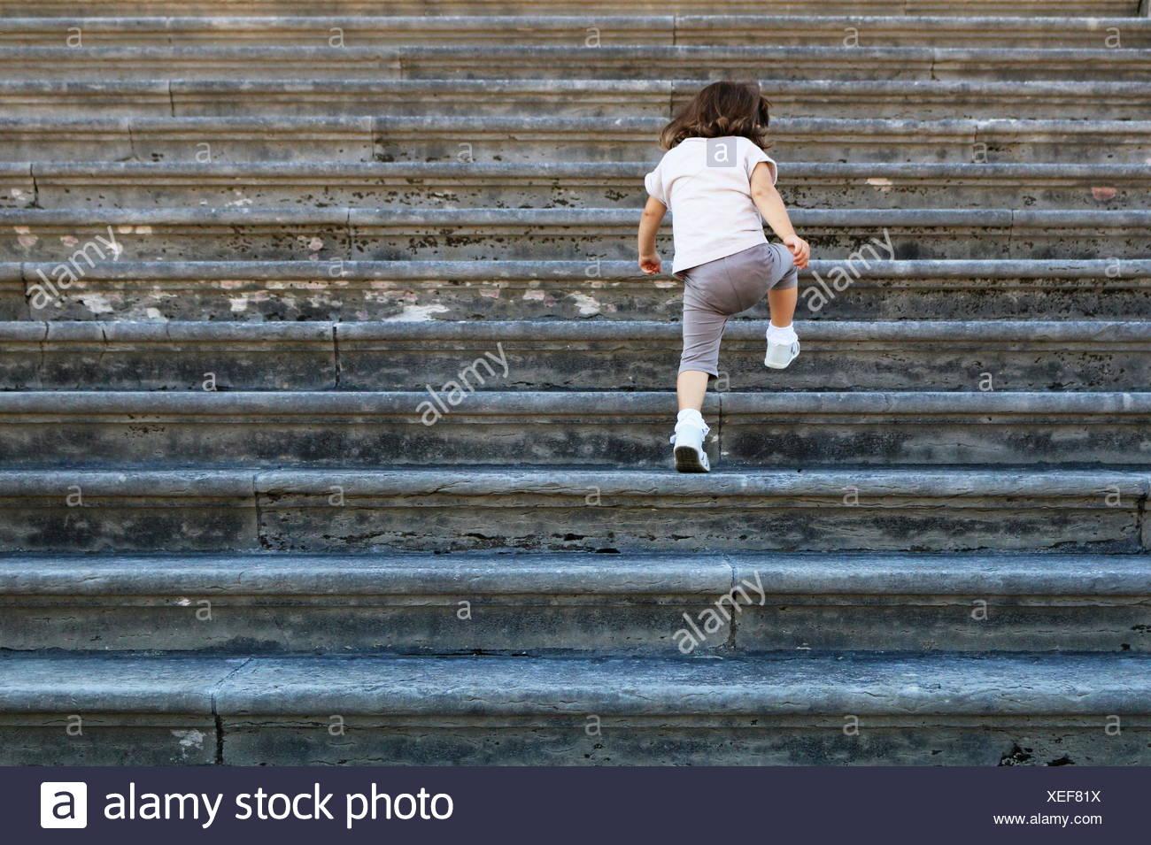 Ragazza camminare su per le scale, Venezia, Italia Immagini Stock