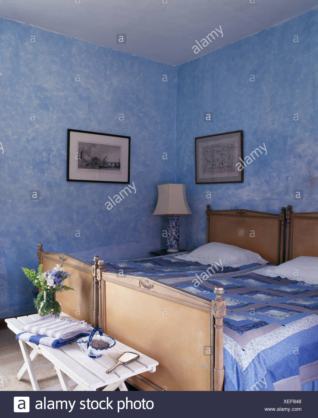 Blue+bianco trapunte patchwork su letti antichi in blu spagnolo con ...