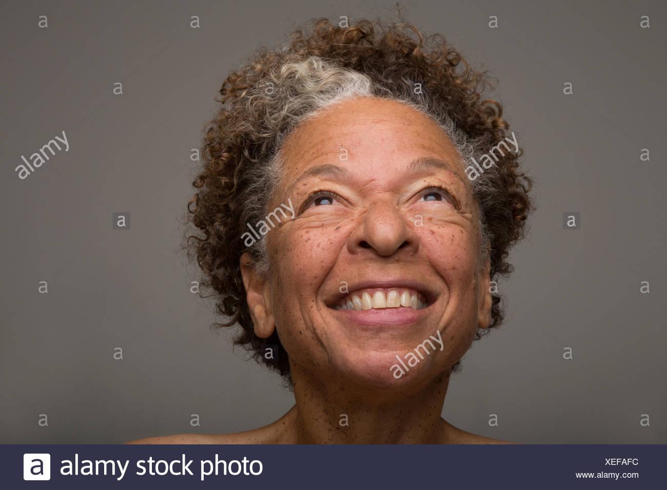 Close up ritratto in studio di sorridere senior donna Immagini Stock