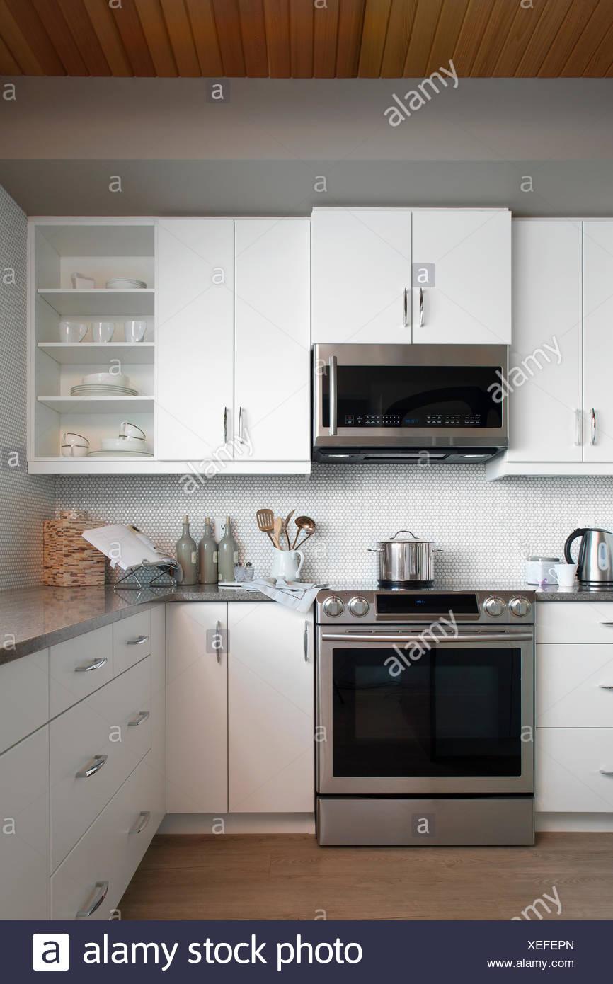 Bianca e moderna cucina con elettrodomestici in acciaio inox Foto ...