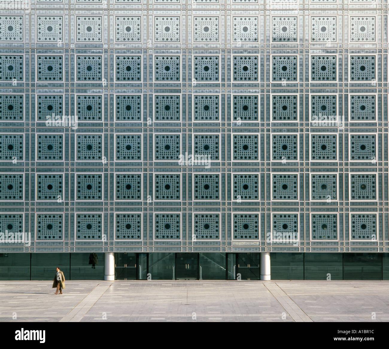 O Institut du Monde Árabe, fachada sul, Paris, 1987. Fotossensíveis telas na janela. Arquitecto: Jean Imagens de Stock