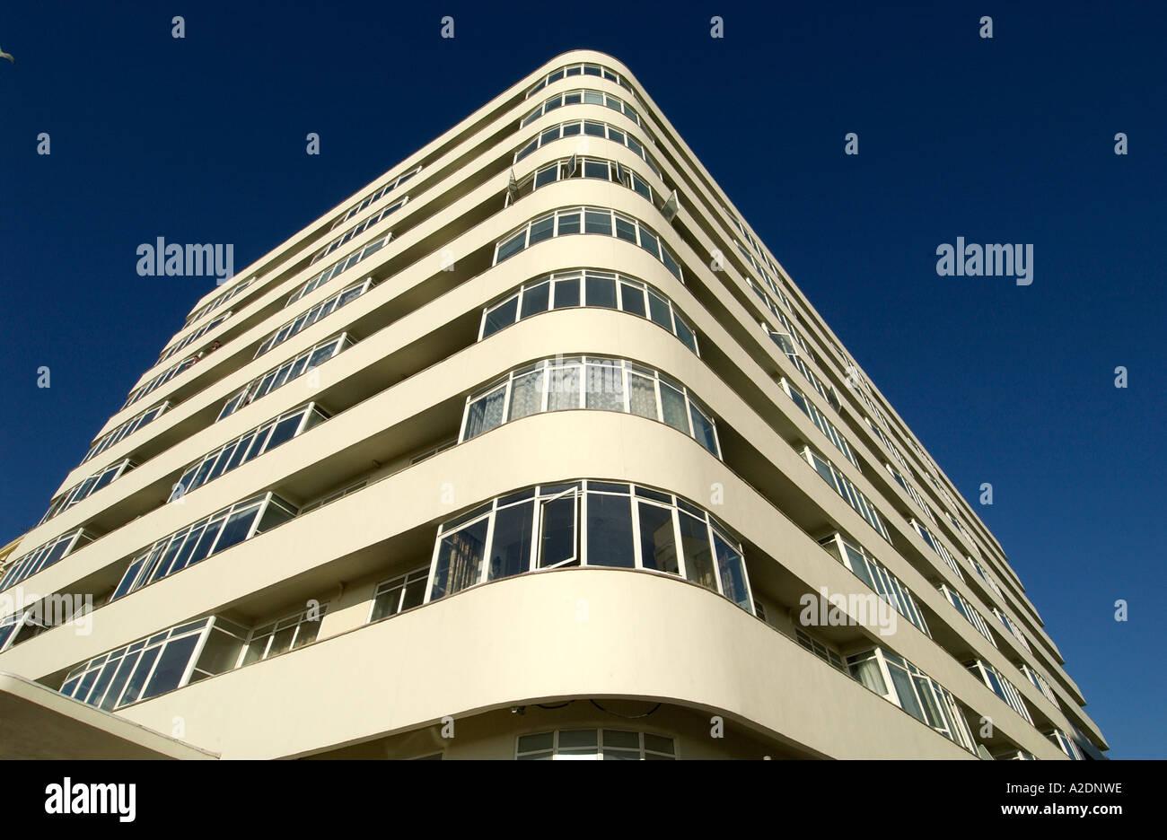 O recentemente restaurado edifício de apartamentos em estilo Art Deco Embassy Tribunal Brighton Imagens de Stock