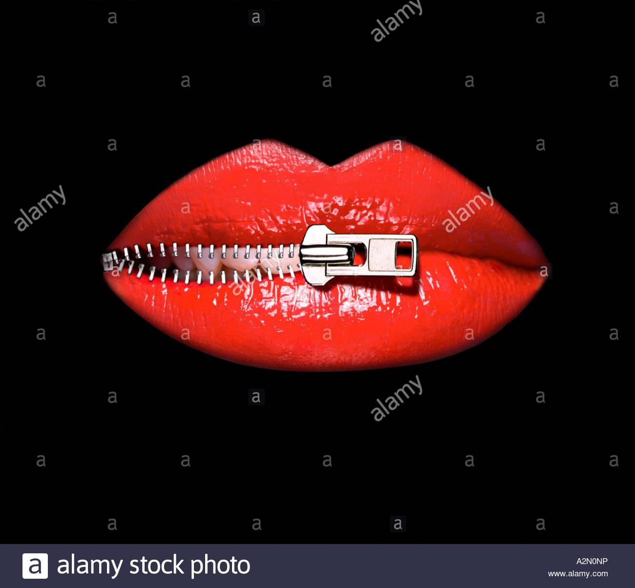 Imagem gráfica de uma mulher os lábios sendo descompactados. Close-up o corte em um plano de fundo preto Imagens de Stock