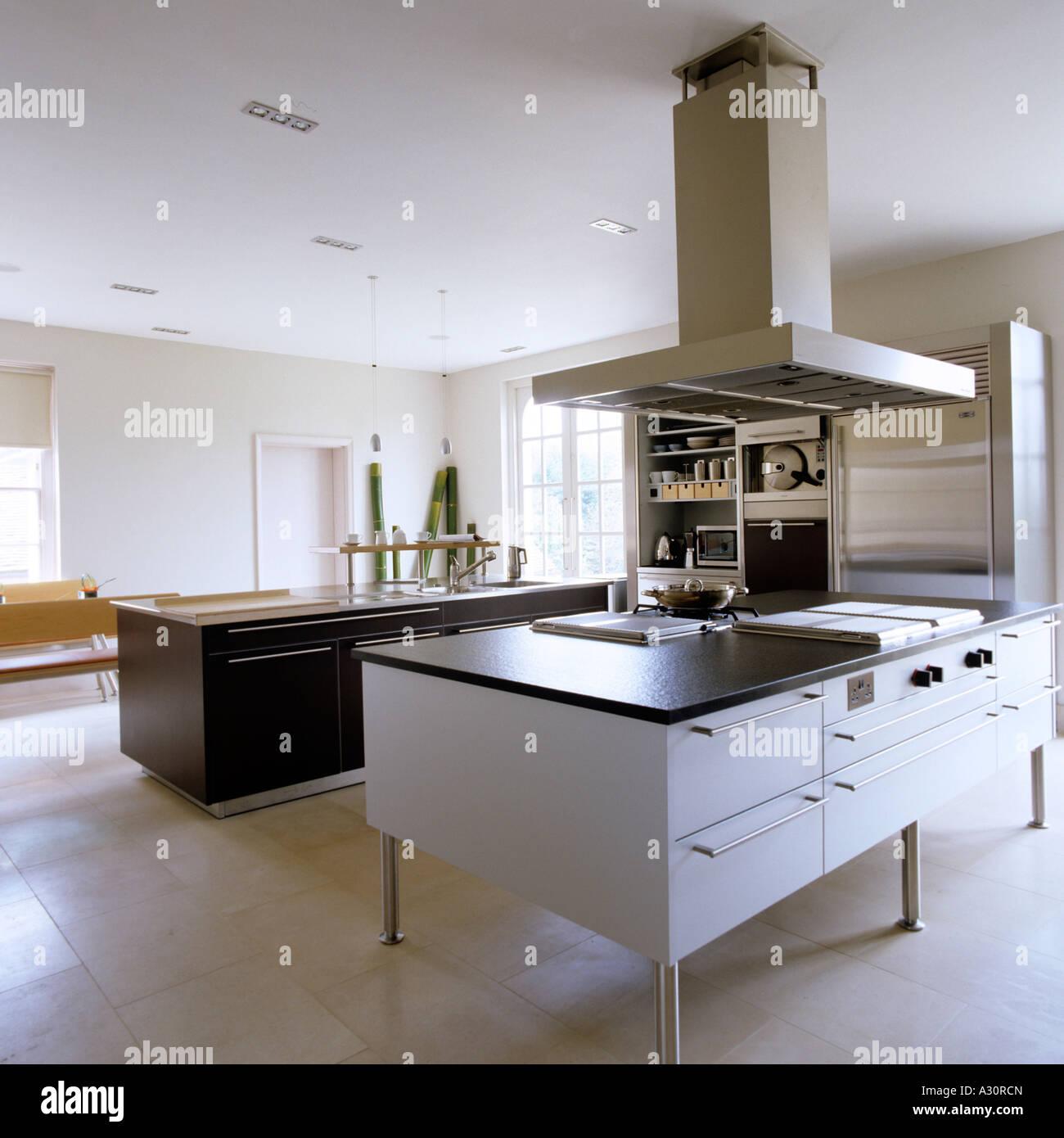 Cozinha Moderna Com A Ilha E Grande Do Ventilador Do Extrator Foto