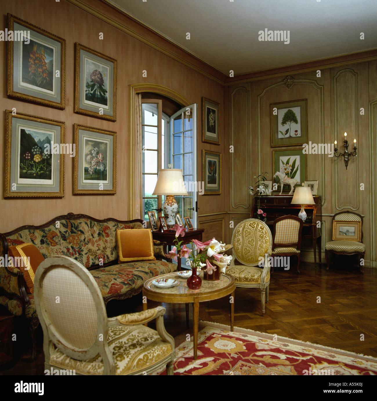 Fotos Na Parede Acima Do Sof Na Sala De Desenho Estampado Com O  -> Papel De Parede Para Sala Neutro