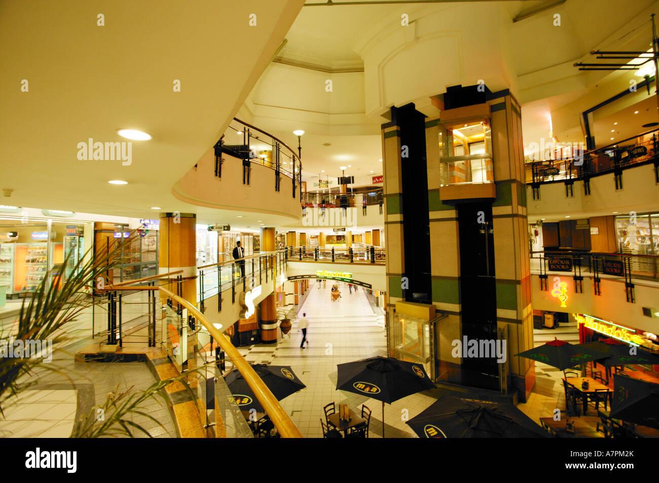Circuito Aberto : Shopping interior em sandton mostrando uma área de restaurante e um