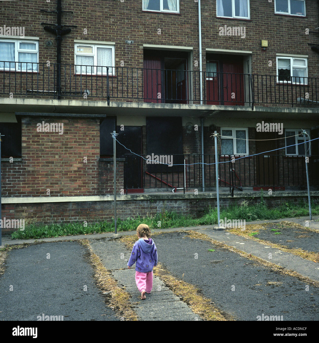 Uma jovem rapariga a jogar em um conselho break em Bristol, Reino Unido. Imagens de Stock