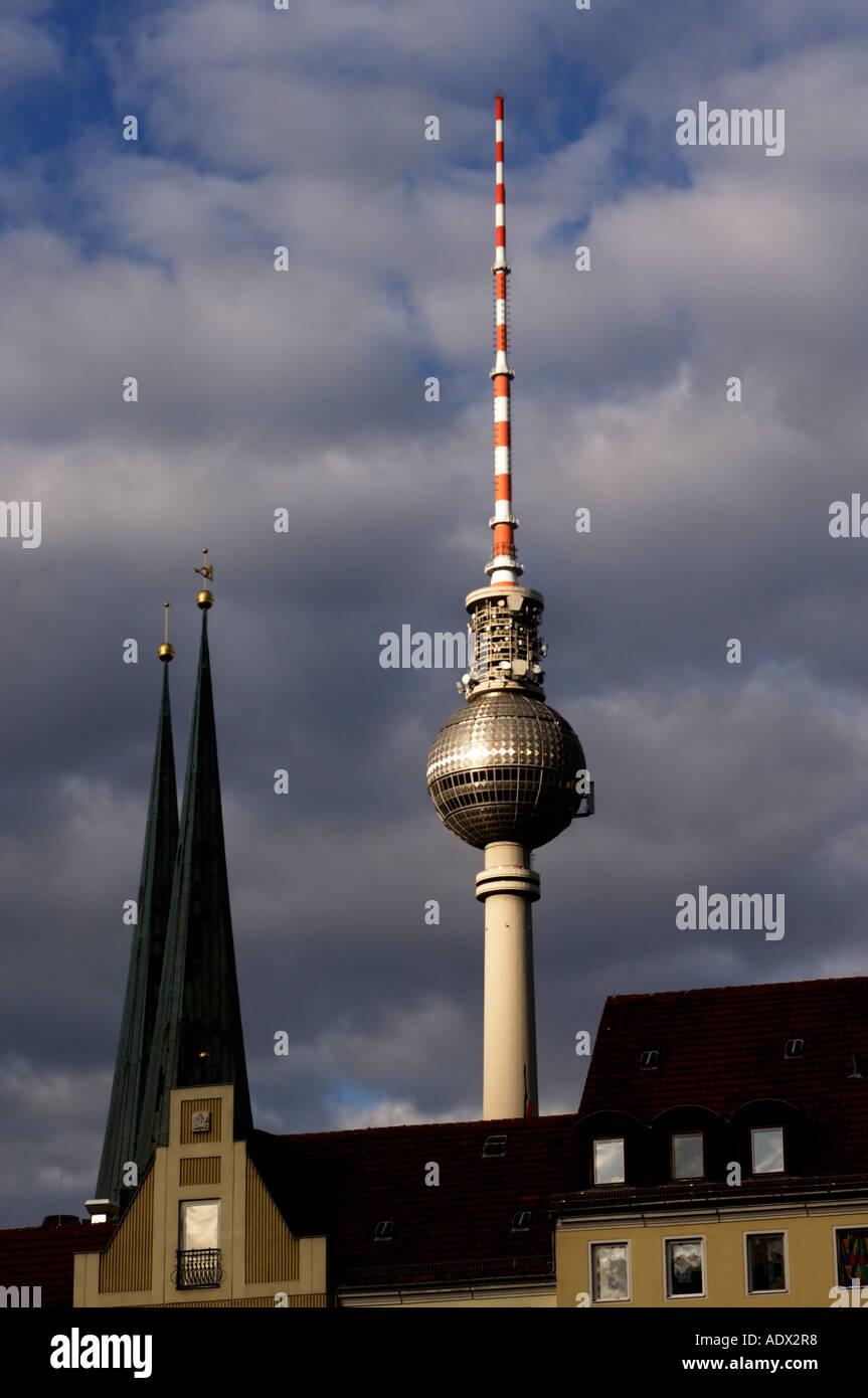 Torre de Televisão de Berlim como visto a partir da Nikolai Viertel Imagens de Stock