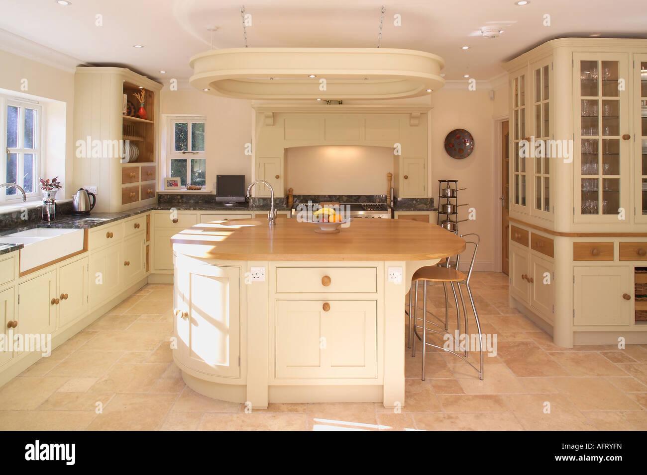 Nata Com Piso Em Azulejo Na Cozinha Moderna Com Unidade De Ilha De